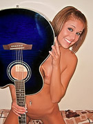 Melissa Midwest : Melissa Midwest loves the guitar