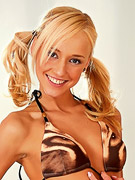 Hannas Honeypot : Flirty blonde teen strips and poses