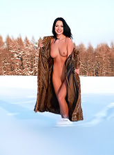 Gwen A takes her clothes off on the snow and shows us her amazing tight ass.